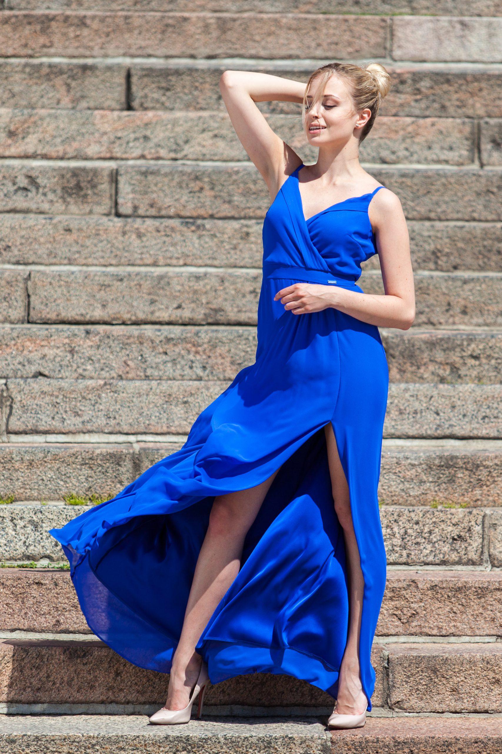 Sukienka maxi z rozcięciem – kiedy będzie odpowiednim wyborem?